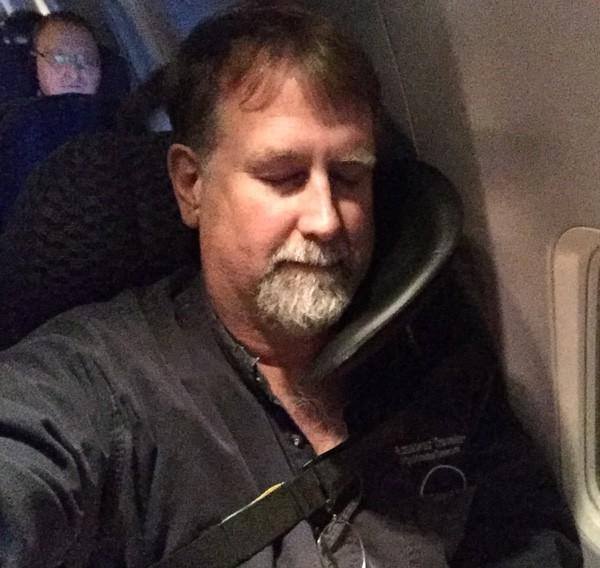 """bir uçakta uyku """"genişlik ="""" 600 """"yükseklik ="""" 568"""