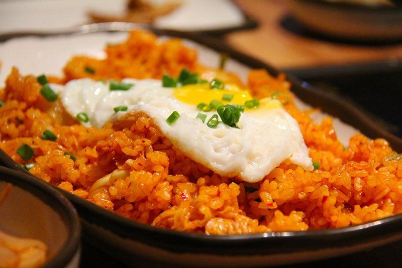 Kimchi Jjigae ve Kimchi Bokkeum Bap'ı (김치 찌개 & 김치 볶음밥)