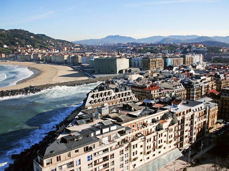 denize yakın binaların havadan görünümü - San Sebastian İspanya