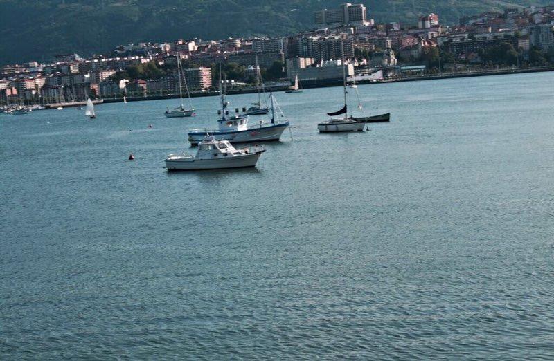 körfezde balıkçı tekneleri - San Sebastian Spain