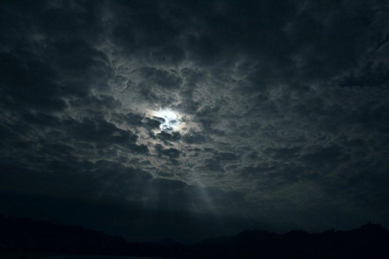 Bulutların arasından piercing ay ışınları - San Sebastian İspanya