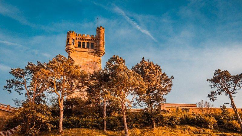 Ağaçlar Yakınındaki Eski Kule - San Sebastian İspanya