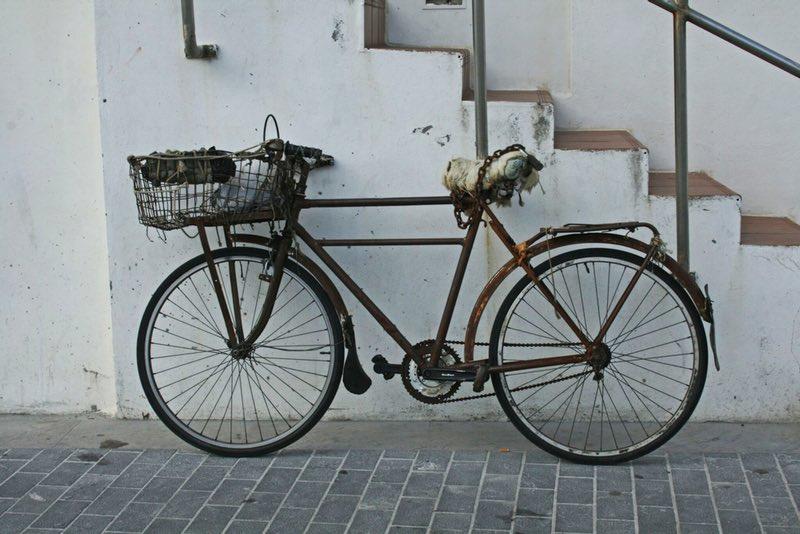 merdivenlerin yakınında paslı bisiklet - San Sebastian İspanya