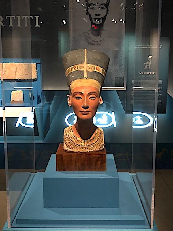 National Geographic Müzesi'ndeki Kraliçe Nefertari'nin Mısır Kraliçeleri sergisinden bir büstü